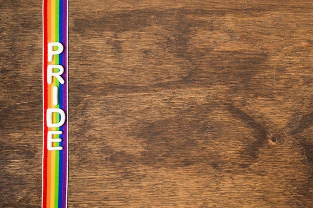 Vista superior de la cinta en colores del arco iris con espacio de copia