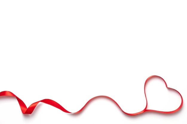 Vista superior de la cinta en forma de corazón aislado