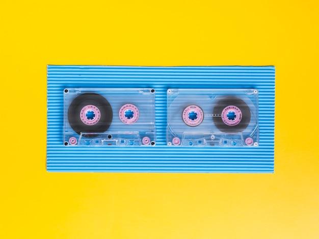 Vista superior de cintas de cassette transparentes sobre fondo vibrante