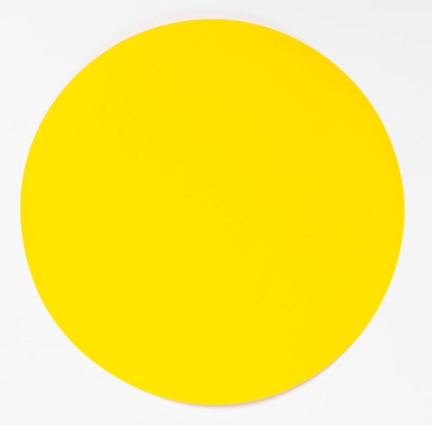 Vista superior círculo amarillo sobre fondo blanco