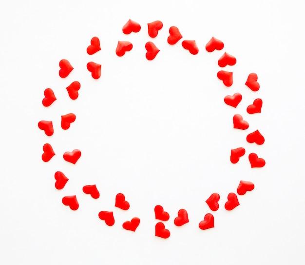 Vista superior del círculo con corazones de forma