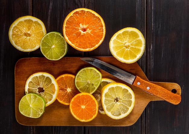 Vista superior de cítricos picados con cuchillo