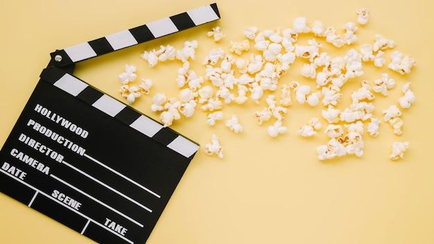 Vista superior claqueta de cine con palomitas de maíz