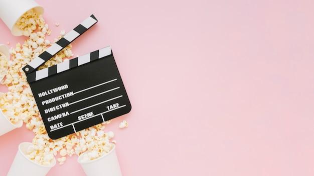 Vista superior de claqueta de cine con palomitas de maíz
