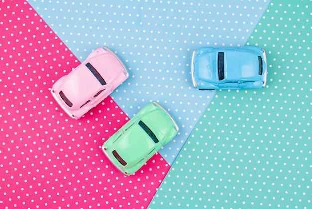 Vista superior de coches multicolores de juguete