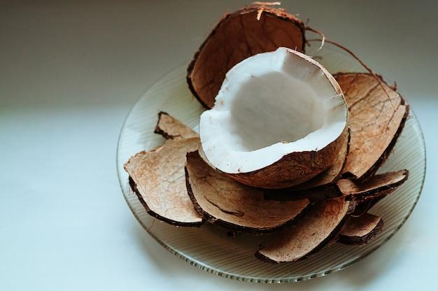 Vista superior de coco recién cortado
