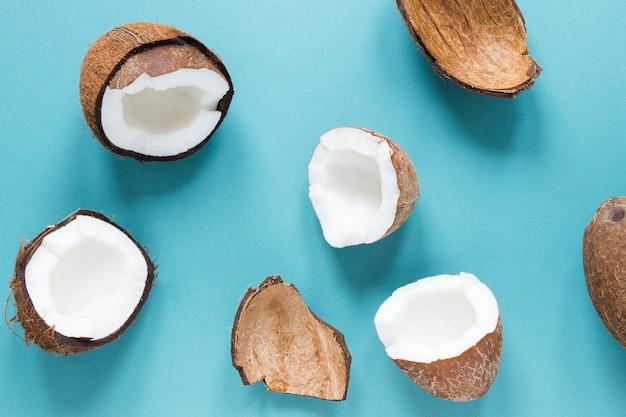 Vista superior de cocos frescos sobre la mesa