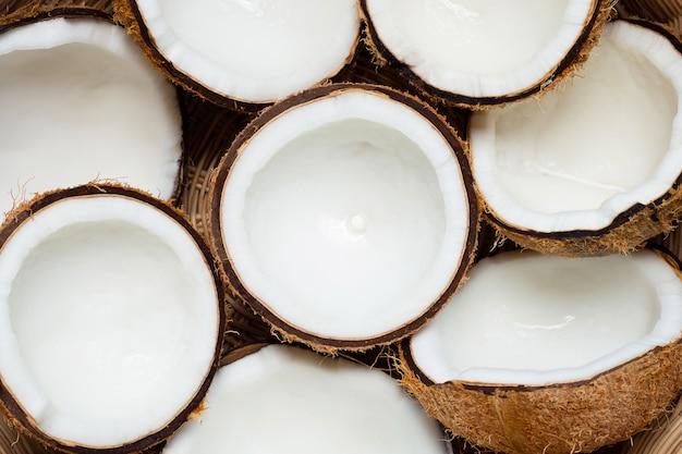 Vista superior de cocos maduros en la cesta.