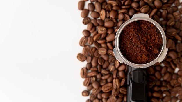 Vista superior colador con granos de café