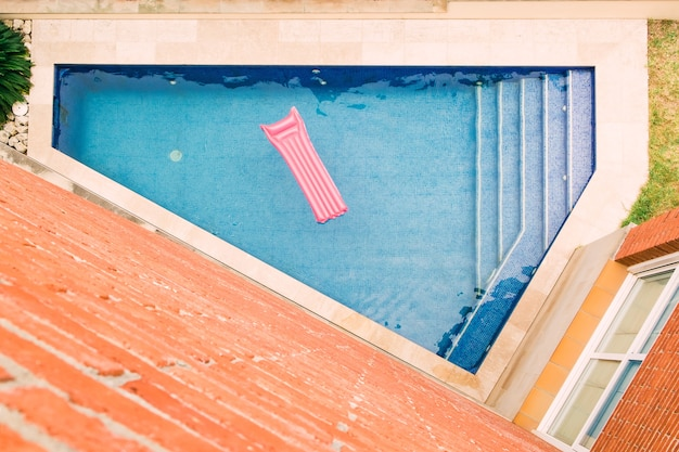 Vista superior del colchón inflable flotando en la piscina