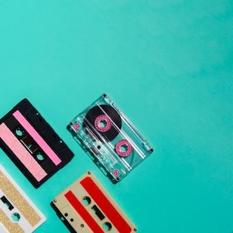 Vista superior colección de cintas de cassette multicolor con espacio de copia