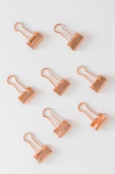 Vista superior colección de clips dorados