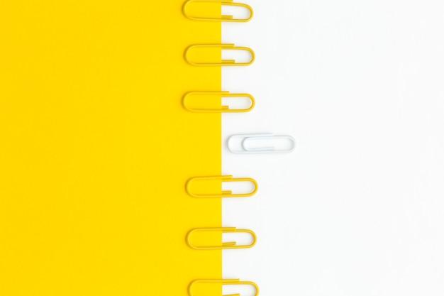Vista superior colección de clips de papel alineada