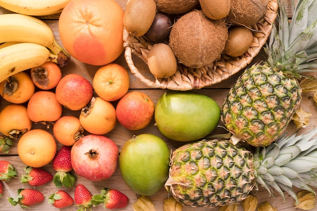 Vista superior colección de deliciosas frutas