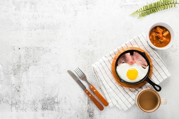 Vista superior colección de desayuno pan con huevos y jamón