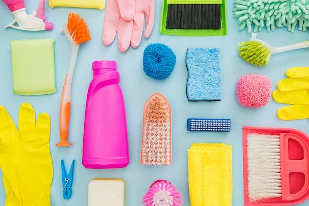 Vista superior colección de equipos de limpieza.