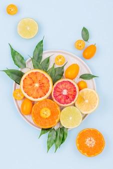 Vista superior colección de frutas frescas en la mesa