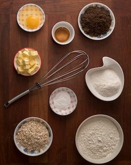 Vista superior de la colección de ingredientes para un delicioso postre.