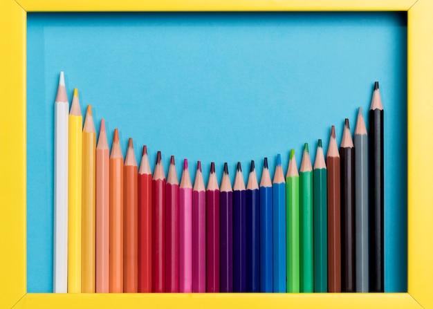 Vista superior colección de lápices de colores.