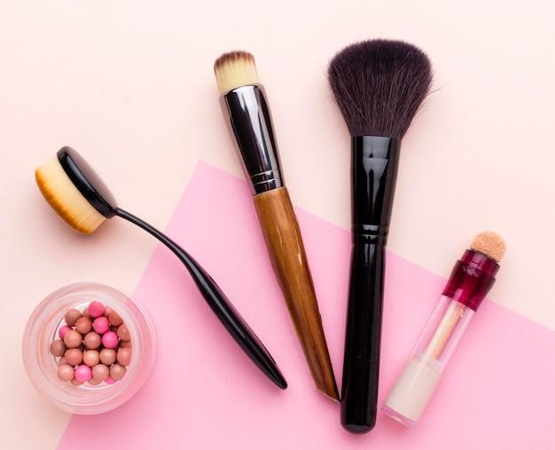 Vista superior colección de pinceles de maquillaje