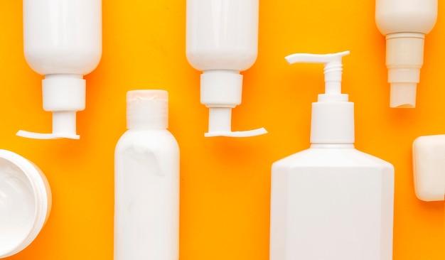 Vista superior colección de productos cosméticos.