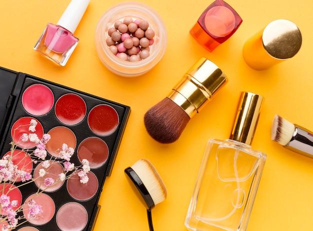 Vista superior de la colección de productos de maquillaje sobre la mesa