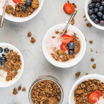Vista superior colección de tazones de desayuno con frutas