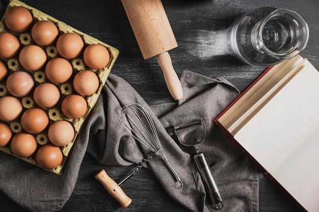 Vista superior colección de utensilios de cocina.