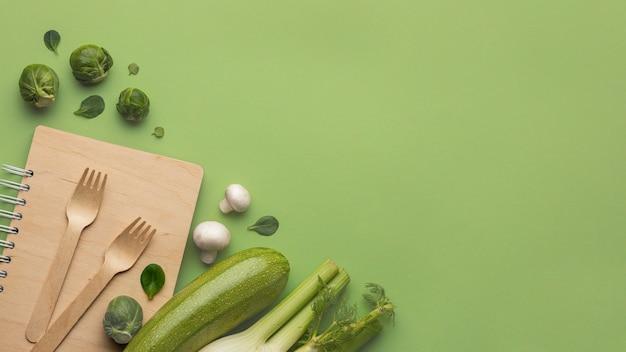 Vista superior de coles de bruselas con calabacín y espacio de copia