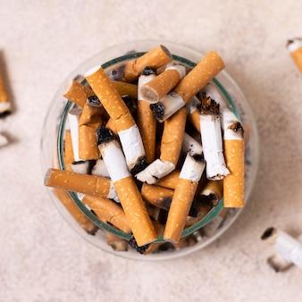 Vista superior de colillas de cigarrillos