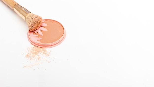 Vista superior colorete con brocha de maquillaje