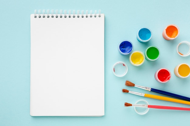 Vista superior de la colorida acuarela y cuaderno