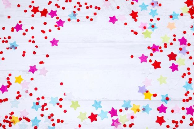Vista superior coloridas estrellas en mesa