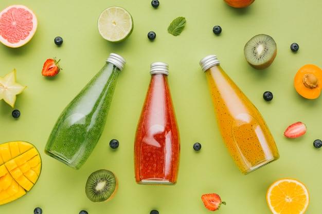 Vista superior coloridas frutas y jugos.
