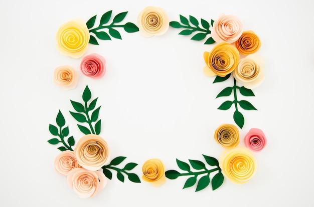 Vista superior colorido marco floral hecho de papel