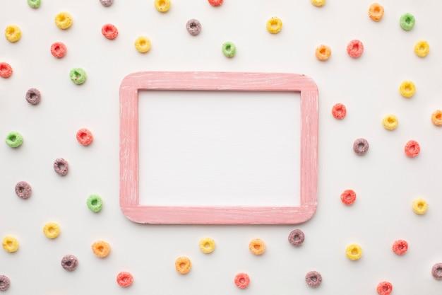 Vista superior colorido marco rodeado de cereales