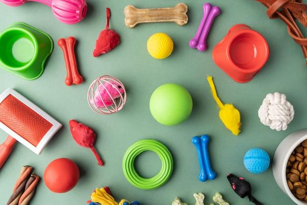 Vista superior de coloridos accesorios para mascotas concepto de naturaleza muerta