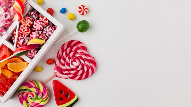 Vista superior coloridos caramelos con espacio de copia