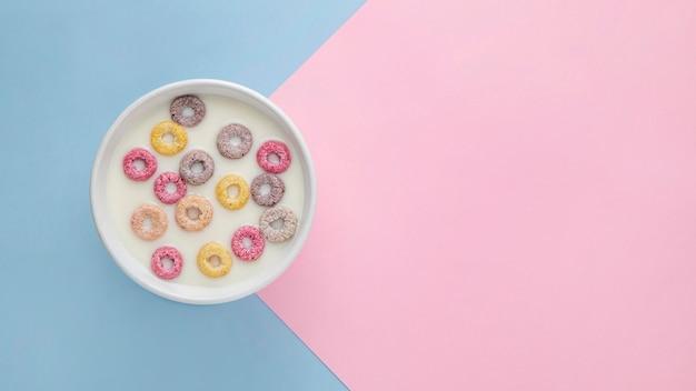 Vista superior de coloridos cereales para el desayuno con espacio de copia