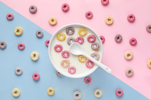 Vista superior de coloridos cereales para el desayuno con leche