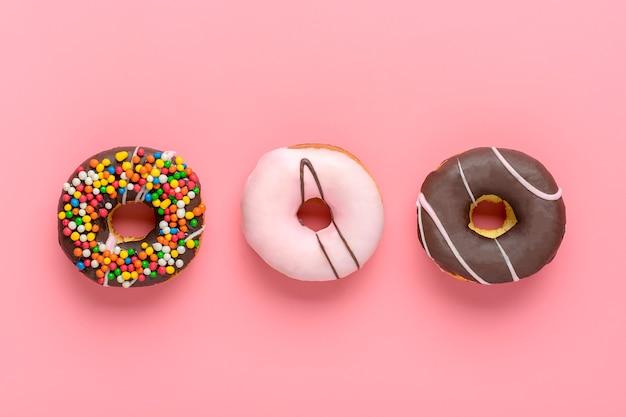 Vista superior de coloridos donuts espolvoreados aislados