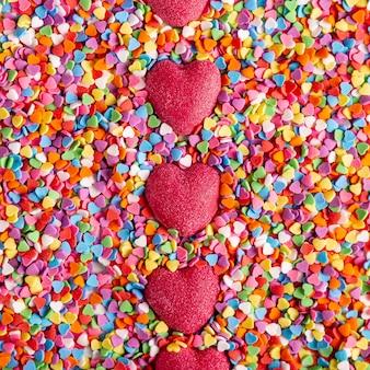 Vista superior de coloridos dulces deliciosos corazones