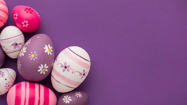Vista superior de coloridos huevos de pascua con espacio de copia