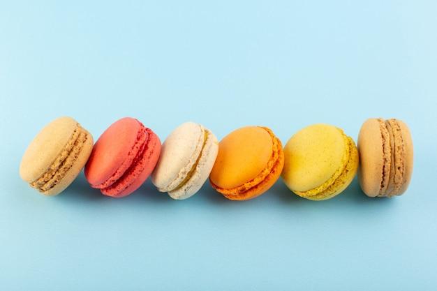 Una vista superior de coloridos macarons franceses horneados