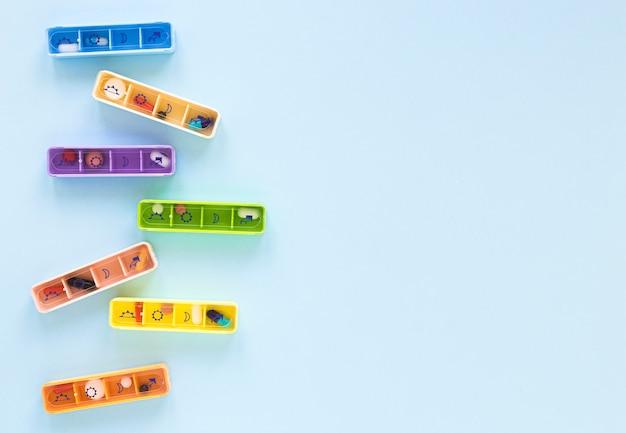 Vista superior coloridos pastilleros con espacio de copia