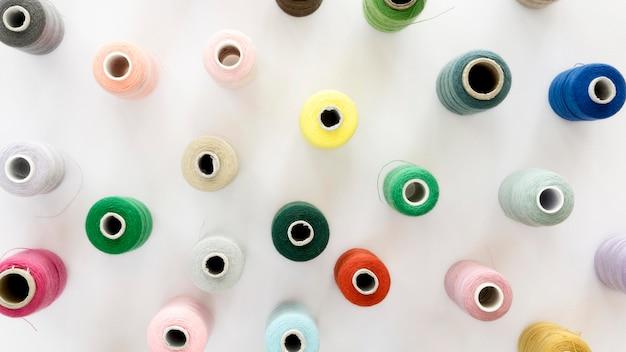 Vista superior de coloridos rollos de hilo