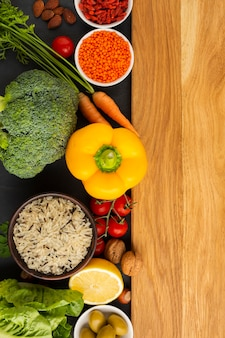 Vista superior de comestibles con tabla de cortar