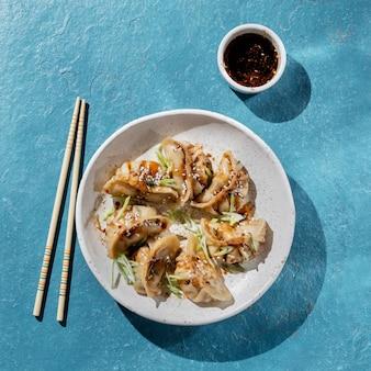 Vista superior comida asiática con especias