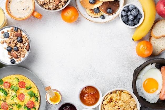 Vista superior de la comida del desayuno con plátano y café.