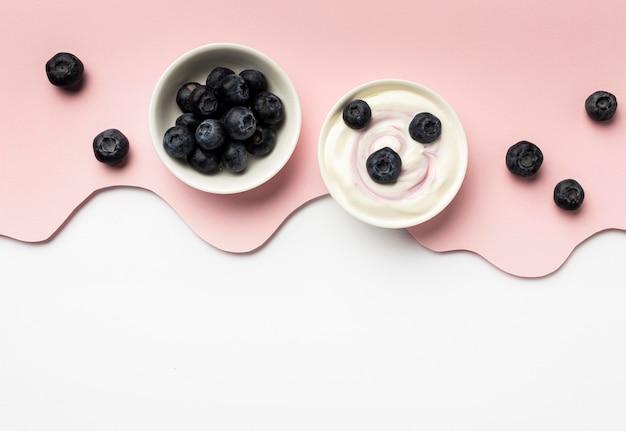 Vista superior comida de desayuno saludable con arreglo de yogur